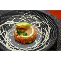 Tartar de Salmón y aguacate (salsa de eneldo y wasabi)