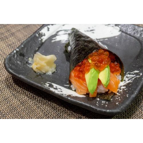 Temaki de salmón, aguacate y Ikura