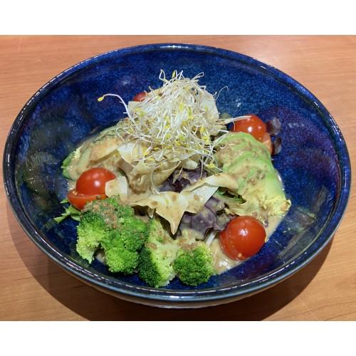 Ensalada de verduras con salsa de sésamo
